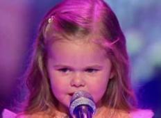 3-letna deklica je prišla na oder in začela peti. Publika je onemela, ko je slišala tole ...