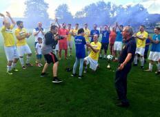 Slavili so zmago, potem pa je pokleknil. Mladi Prekmurec na nogometnem igrišču zaprosil svojo punco!