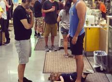 Njegova hčerka se je vrgla na tla sredi trgovine in začela kričati. Ta oče jo je utišal na fantastičen način!