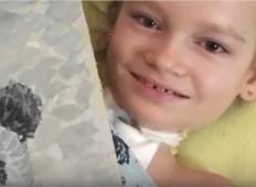 Ta deklica ima mišično distrofijo. Ko boste videli, kakšne slike riše, vas bo OČARALA!