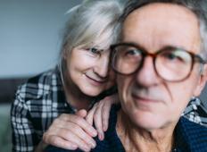 Po skoraj 50 letih zveze je par zvečer ležal v postelji. Žena je začutila, kako jo mož začne masirati ...