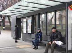 Starejša gospa je padla v nezavest na avtobusni postaji. Poglejte, kdo ji je pomagal ...