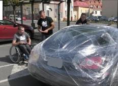 Frajerski voznik je parkiral na mestu za invalide. Fant na vozičku mu je nato dal lekcijo za vse življenje!