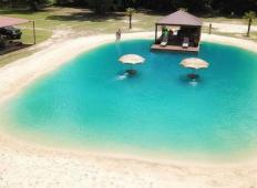Na dvorišču hiše so zgradili ta sanjski bazen s turkizno vodo in peščeno plažo. To morate videti!