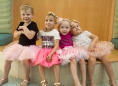 Štiri deklice so se borile z rakom. V bolnišnici so postale najboljše prijateljice in poglejte, kaj se je zgodilo čez dve leti ...