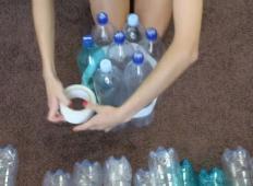 Vzela je 19 plastenk in jih zalepila. Ne boste mogli verjeti, kaj je ta ženska naredila iz njih!
