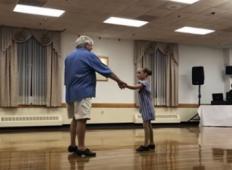 Punčka zgrabi dedka, da se ji pridruži pri plesu. A vsi, ki so videli tole, so potem ostali odprtih ust