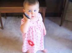 Oče pokliče svojo malčico, nato se pogovarjata na način, ob katerem se mama nasmeje do solz