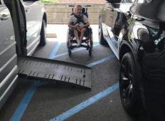 Fantek na invalidskem vozičku je imel zaparkiran prostor za invalide. To je posledica ...