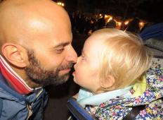 Posvojil je deklico z Downovim sindromom, ki je drugi niso želeli. Ta oče samohranilec, sicer homoseksualec, ji želi podariti srečno življenje ...