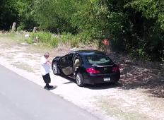 Ustavil ob cesti, odprl vrata in kužka pustil samega. Kako je lahko človek tako zloben?