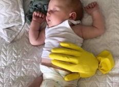 Vaš dojenček noče zaspati, če niste ob njem? Tale mamica je našla rešitev, ki navdušuje starše po vsem svetu!