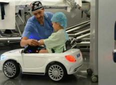 Z avtom do operacijske sobe. Sijajna ideja te bolnišnice, da bi bili otroci čim bolj sproščeni ...