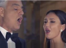Andrea Bocelli zapoje Ave Marijo v prazni cerkvi z rusko pevko. To je balzam za dušo!