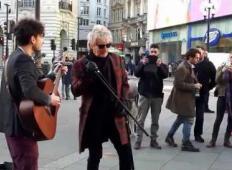 Glasbeni zvezdnik je uličnega glasbenika prosil za mikrofon. Sledil je trenutek, ki si ga bo fant zapomnil za vse čase!