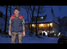 Ta pastir iz Bosne je doslej živel v prikolici. Šef mu je za nagrado za dobro delo sedaj postavil hišo!