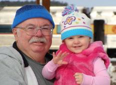 Strokovnjaki trdijo: dedki in babice živijo dlje, če čuvajo vnuke!