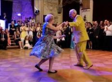 Po tem posnetku nikoli več ne boste rekli, da ste prestari za ples. Poglejte ta dva avstrijska upokojenca!