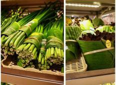Trgovec na Tajskem se želi izogniti uporabi plastičnih vrečk. Zelenjavo in sadje odslej zavijajo v bananine liste!