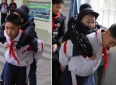 Njegov prijatelj ne more hoditi. Ta 12-letni fantek ga že šest let v šoli nosi na ramenih ...