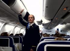 Stevardese so na letalu začele udarjati z rokami in nogami. Ko se potniki zavejo, kaj se dogaja ...