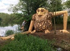 Iz odpadnega lesa ustvarja velikanske skulpture. Ne boste verjeli svojim očem!