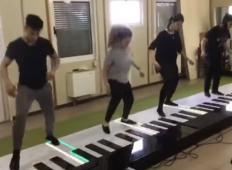 Štirje glasbeniki so skakali po velikanskem klavirju in zaigrali pesem Despacito. Poglejte tole ...