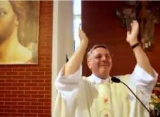 Duhovnik na poročnem obredu v cerkvi dvignil roke in takrat se je začelo. Svatje niso mogli verjeti svojim očem ...
