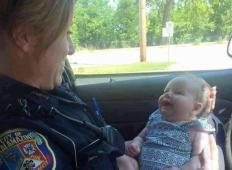 Mamici zmanjkalo bencina, njena hčerka je padla v paniko. To, kar je naredila policistka za njo ... IZJEMNO!
