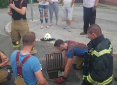 Še eni junaški gasilci iz Štajerske. Iz odtočnega kanala rešili mačko, ki je bila ujeta tri dni!