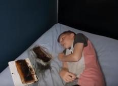 Starši opozarjajo: Bodite pazljivi, sin je zaspal in prenosna tablica je skoraj povzročila požar ...