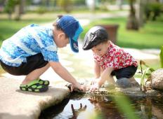 Otroci potrebujejo stik z mikrobi in ne nepotrebnimi antibiotiki. Prekomerna higiena jim lahko tudi škodi
