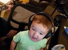 2-letni fantek zapel hit Elvisa Presleya. Ko ga boste slišali ...