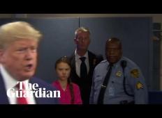 15-letna Greta, ki se bori za čisto okolje, zagleda Donalda Trumpa. Poglejte ta izraz na obrazu ...