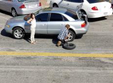 Vsi so ignorirali žensko, ki je potrebovala pomoč pri menjavi pnevmatik, razen ta brezdomec ...