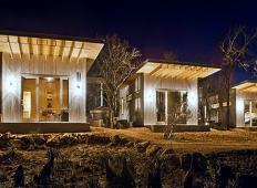 Osem najboljših prijateljev zgradilo majhne ekološke hiške. Ko se bodo upokojili, bodo šli živet sem!