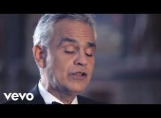Andrea Bocelli zapoje Ave Mario v prazni cerkvi z rusko sopranistko. Navdušeni boste!