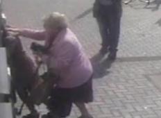 Ko je 81-letna babica dvigovala denar na bankomatu, jo je napadla roparka. Toda kar se zgodi potem, ni pričakoval nihče!