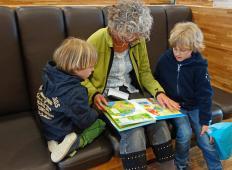 Znanstveniki pravijo, da bodo dedki in babice, ki skrbijo za vnuke, imeli daljše življenje