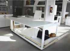 Pisalna miza, ki se lahko spremeni v posteljo. Kateri vaš sodelavec bi jo potreboval?