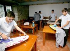 Španska šola uvedla predmet gospodinjstvo za fante. Učijo se likati, čistiti, pospravljati ...