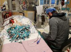 Njuna hčerka se je borila za življenje, bila sta povsem na tleh. Potem zdravnik vzame v roke pravljico in naredi tole ...