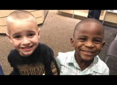 Belopolti in temnopolti fant sta najboljša prijatelja. Ko belopolti fant gre k frizerju, stori nekaj osupljivega ...