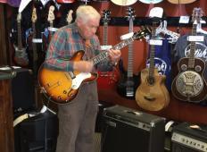 80-letni dedek prodajalca v trgovini prosil, naj mu da kitaro. Ko je začel igrati, nihče ni mogel verjeti, kaj se dogaja!