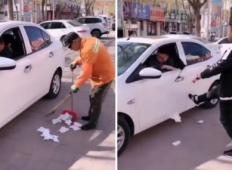 Voznik iz avtomobila na cesto vrže smeti. Smetar jih želi pobrati, toda takrat voznik dobi lekcijo za vse življenje!