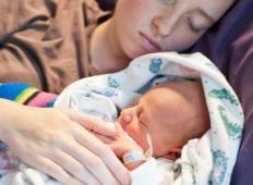 17-letnica z rakom se je žrtvovala za svojega sina. Odpovedala se je kemoterapiji in umrla, da bi otrok preživel ...