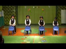 Štirje fantje iz vrtca se v svečanih oblekah usedejo na stole. To, kar sledi potem ...