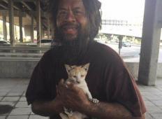 Brezdomca ne zanima, če on nima za jesti. Prodaja limete, da lahko za ta denar hrani potepuške mačke!