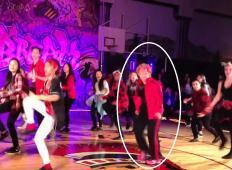 Učenci so plesali na šolski proslavi. Na oder nato skoči upokojena 60-letna učiteljica in jim pokaže, kako se to dela!
