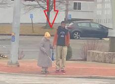 Brat in sestra sta čakala na šolski avtobus, ko je mimo prišla slepa babica. 15-letnik nato naredi nekaj, kar je za vzor vsem mladim!